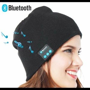 Accessories - 🆕Bluetooth fall / winter beanie hat